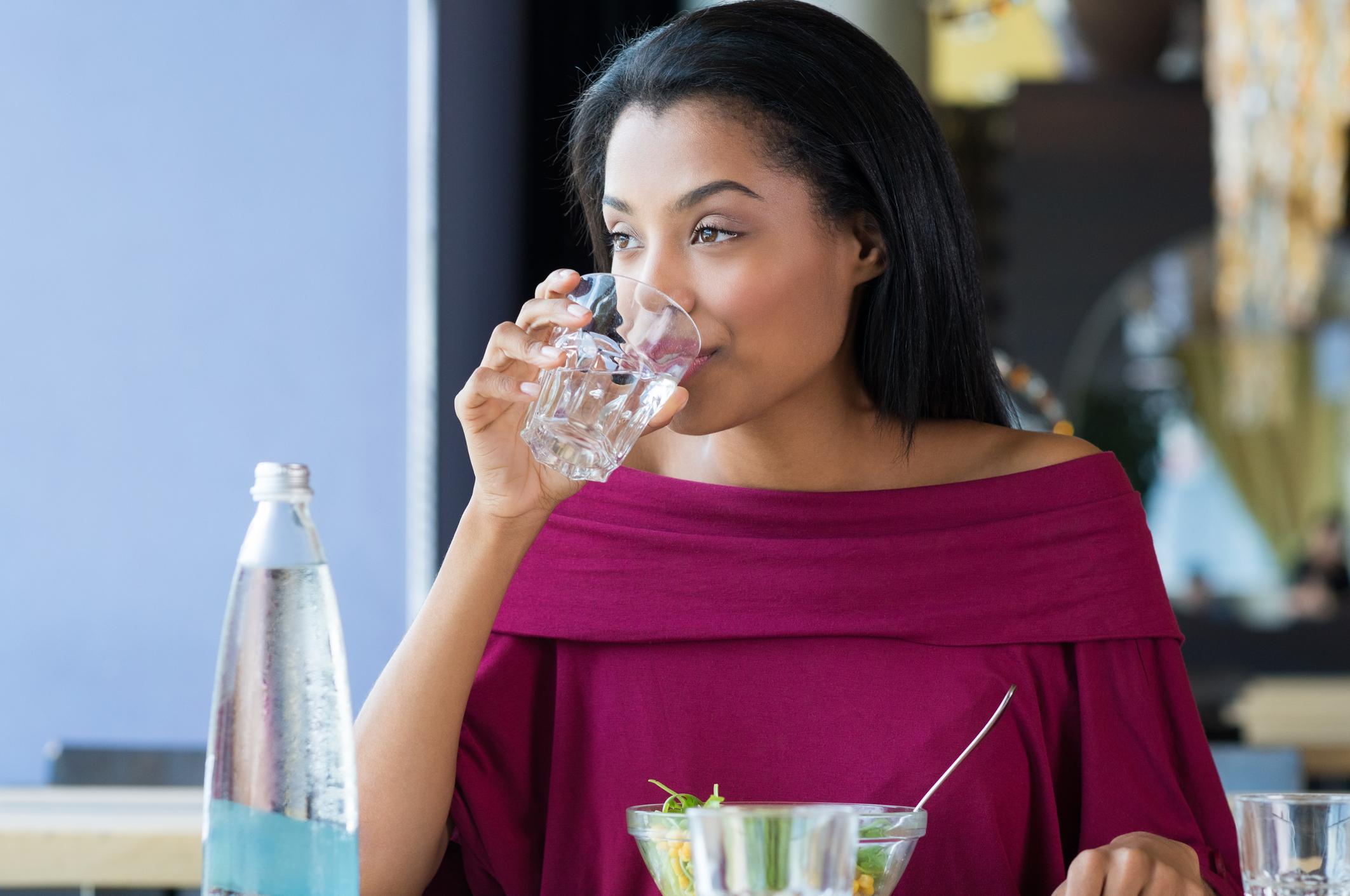 Cuidados diários para a pele oleosa - beber muita água