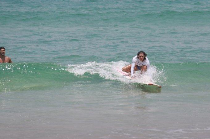 deborah-secco-aprende-a-surfar-com-hugo-moura-1