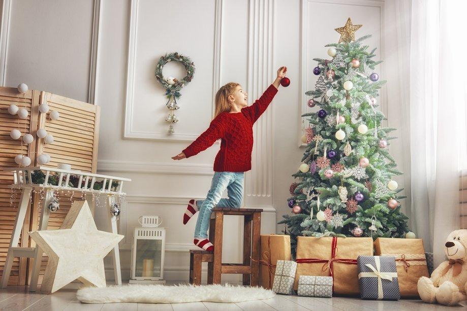 """<b>COMPOSIÇÃO -</b><span style=""""font-weight: 400;"""">Decoração é composição. Portanto, decoração de Natal também é composição! Antes de comprar adornos por impulso, o arquiteto recomenda que você pense no espaço que deseja decorar. """"Depois de refletir, escolha os objetos de decoração proporcionais para o seu ambiente e os posicione em locais que os deixem evidência, sem atrapalhar a circulação"""", orienta.</span>"""