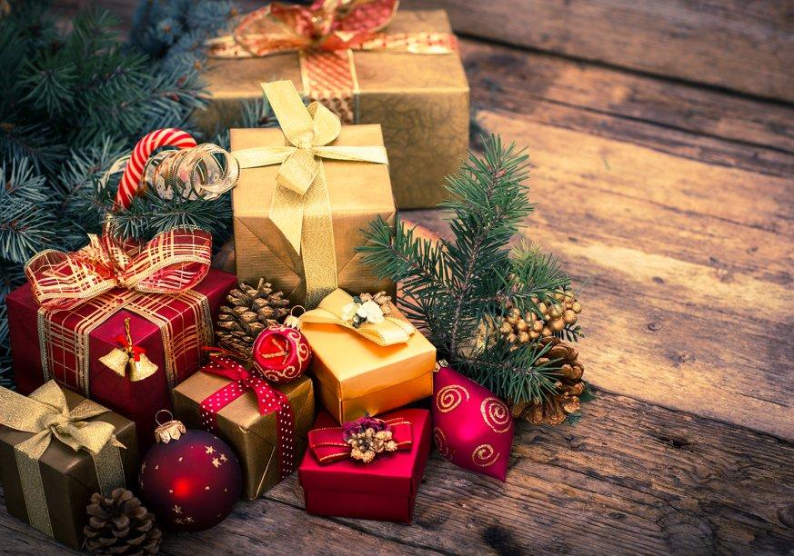 """<b>PRESENTES AO PÉ DA ÁRVORE -</b><span style=""""font-weight: 400;"""">Pilhas de caixas de presente em frente à árvore de Natal também podem ser muito bonitas para a decoração. E não precisam ser presentes de verdade. """"Pode ser, por exemplo, com caixas de sapatos vazias, livros, outras caixas de tamanhos variados, embrulhadas. O papel de presente branco aliado a diferentes tipos de laços, como se fossem presentes em embalagens tradicionais, fica elegante"""", sugere Wittmann.</span>"""