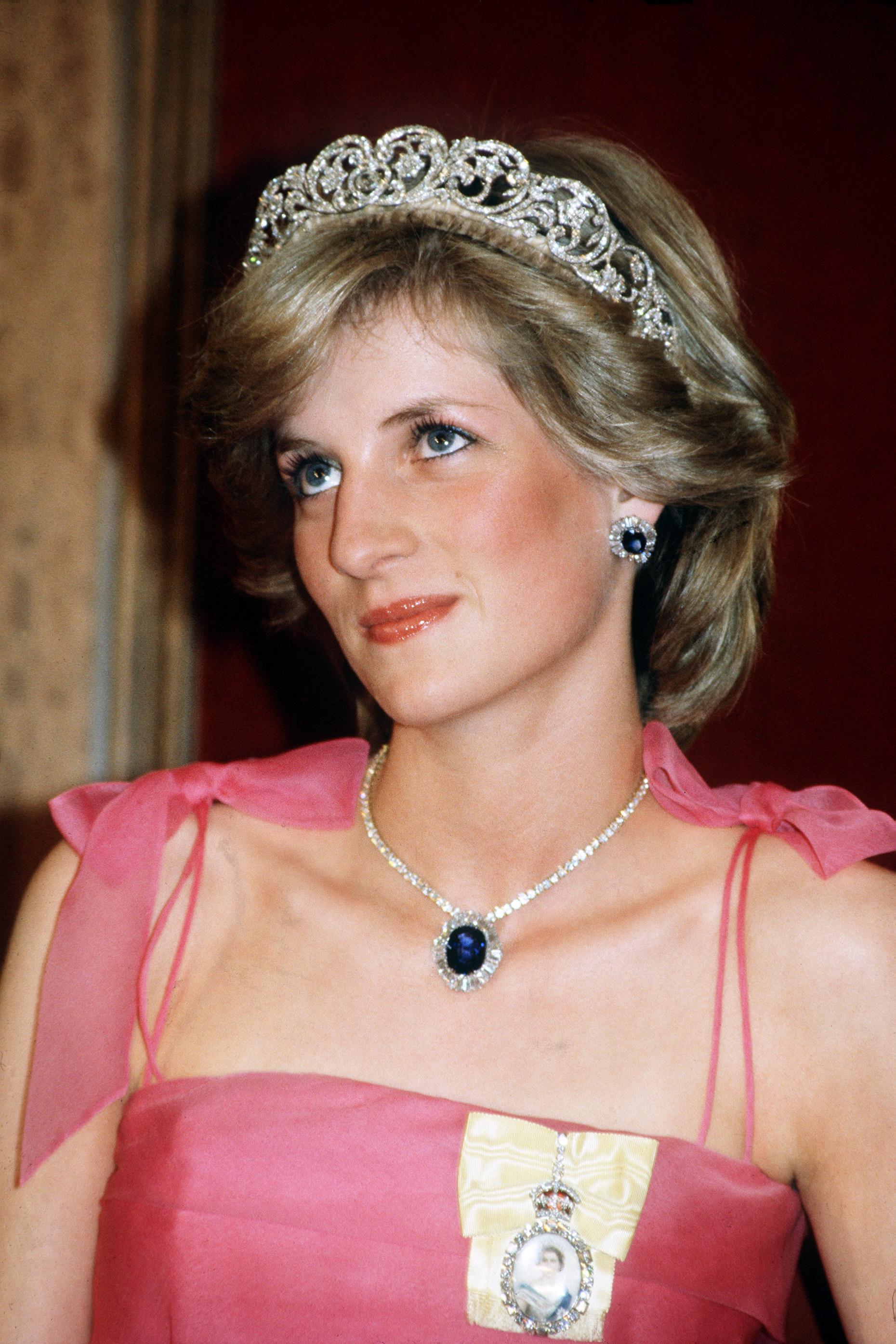 Princesa Diana em Brisbane usando a ordem da familia real