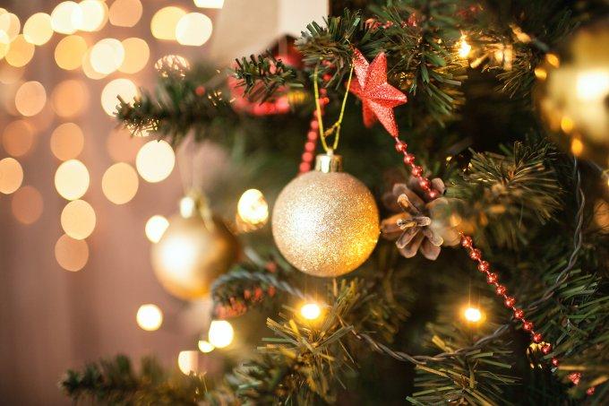 Árvore de Natal decorada com bola dourada e laço vermelho