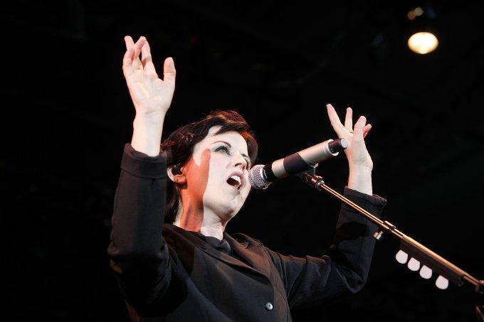 Dolores O'Riordan, vocalista da banda The Cranberries, se apresenta no festival F1 Rocks!, em Melbourne, Austrália
