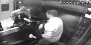 Marido agredindo mulher dentro do elevado