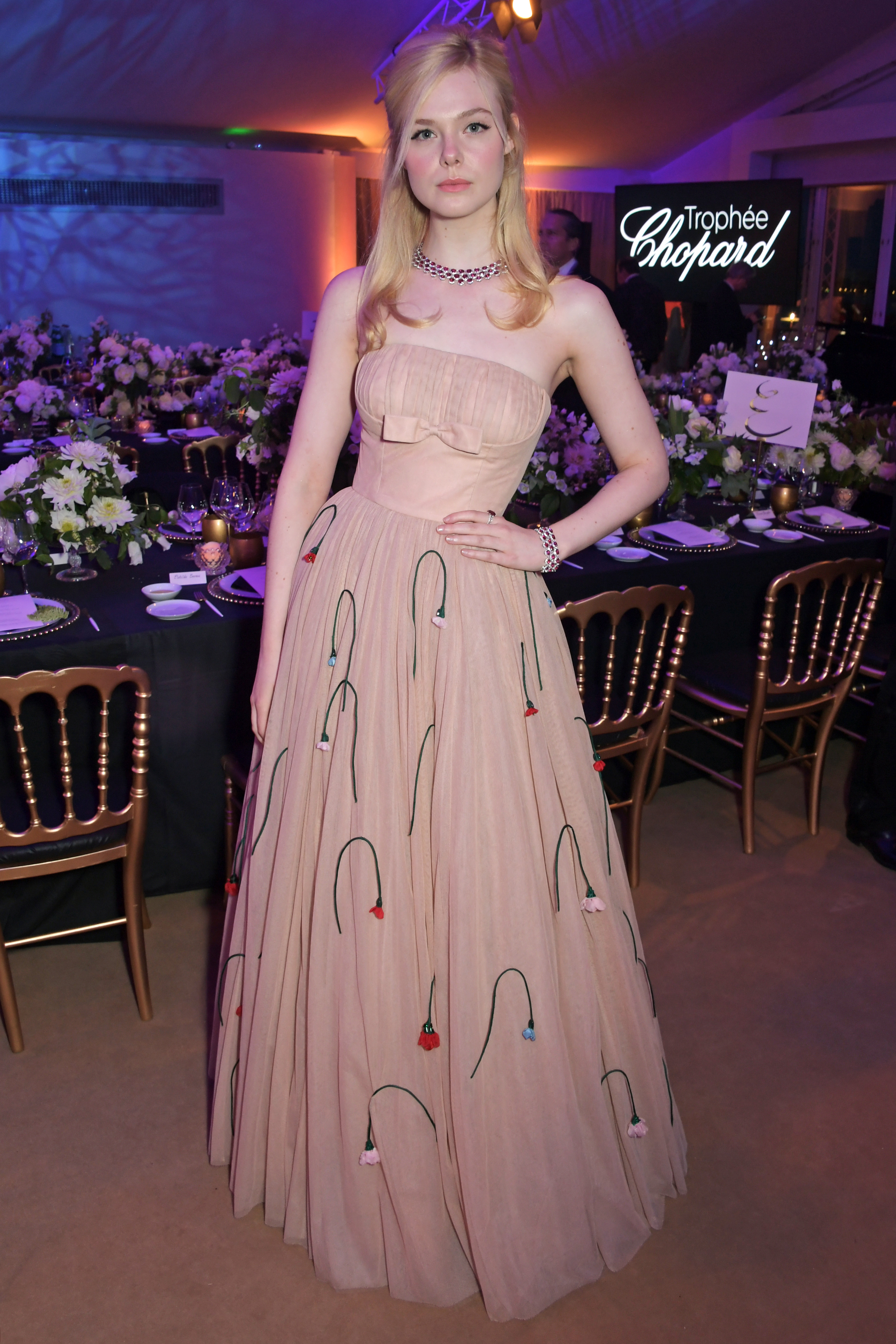 ELle Fanning Vestido Prada Desmaia em Cannes