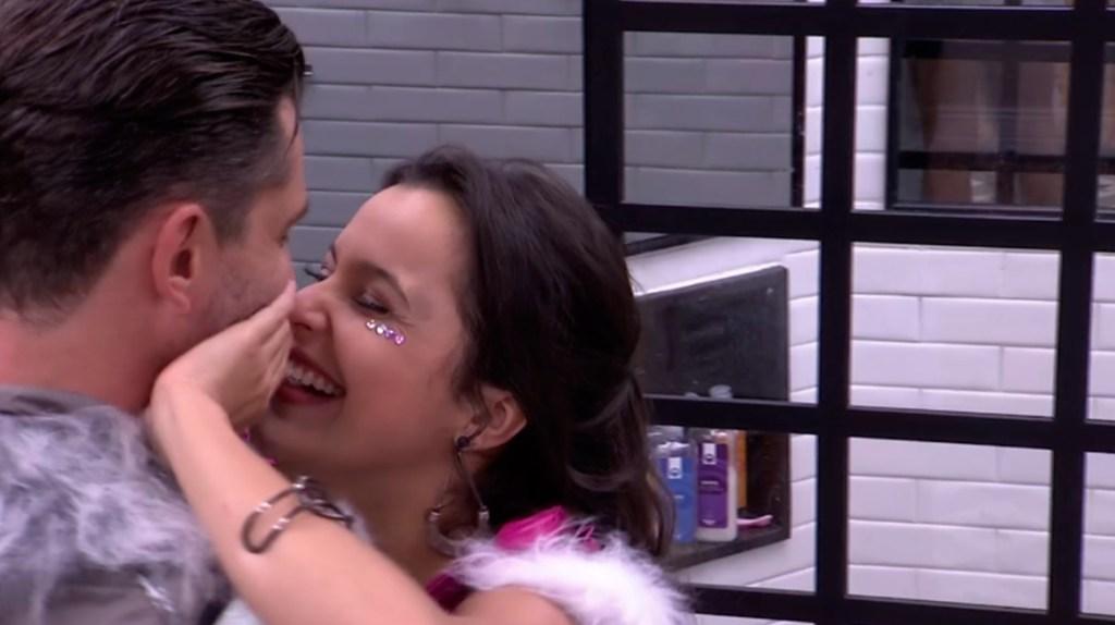 Emilly e Marcos beijando BBB17