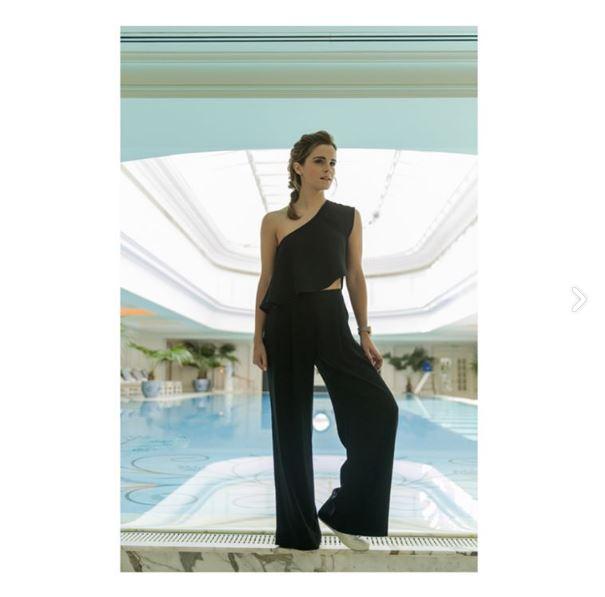 Vestido bordado com capa da alta-costura de <strong>Elie Saab</strong> e batom vinhopara a première emXangai.