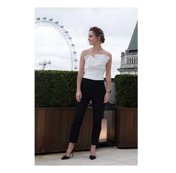 Vestido e jaqueta <strong>Stella McCartney</strong> e botas <strong>Good Guys Don't Wear Leather</strong> para a chegada em Londres.