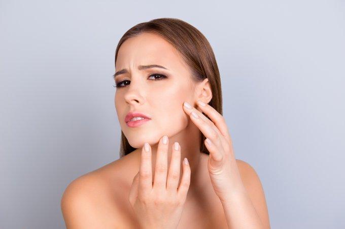 8 hábitos que pioram a oleosidade da pele dia após dia