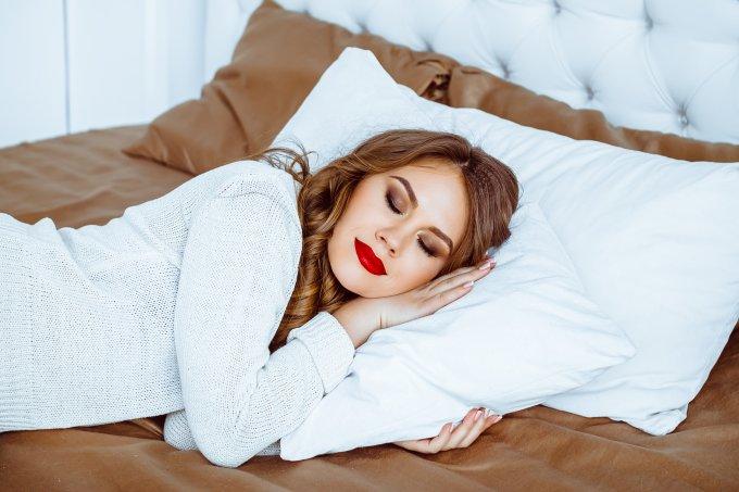 Erros que prejudicam a pele Dormir maquiada destaque