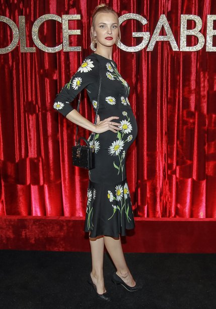 <strong>Carol Trentini</strong> //A top compareceu à superfesta promovida pela <strong>Dolce&Gabbana</strong> em São Paulo vestindo, é claro, look da grife italiana. O vestido de modelagem justinha evidenciou a barriguinha de grávida.