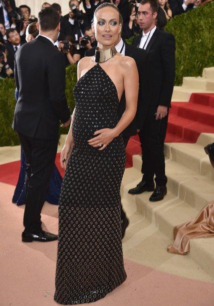 <strong>Olivia Wilde</strong> //A morena cruzou o tapete vermelho do Met a bordo de vestido deilhoses, também assinado por <strong>Michael Kors</strong>. A choker faz as vezes de gola e deixa o look ainda mais poderoso e ousado.