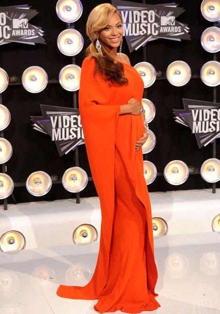 <strong>Beyoncé</strong> //A cantora usou um <strong>Lanvin </strong>laranja de um ombro para ir ao MTV Video Music Awards 2011, onde anunciou, em primeira mão, sua gravidez.