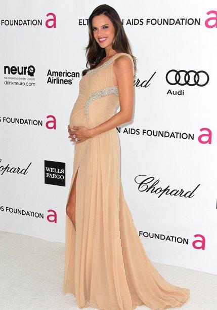<strong>Alessandra Ambrósio</strong> //A angel foi ao evento do Elton John Aids Foundation de 2012 com um vestido creme <strong>Roberto Cavalli </strong>soltinho com detalhes bordados.