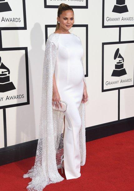 <strong>Chrissy Teigen</strong> //A modeloarrasou no Grammy 2016 com um vestido <strong>Yousef Al-Jasmi </strong>todo branco com uma capa bordada lindíssima.