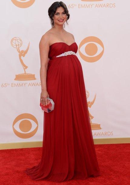 <strong>Morena Baccarin</strong> // Ela apostou em um<strong> Alexander McQueen</strong> vermelho, com detalhe embaixo do busto, para o Emmy 2013. Clássica e linda!