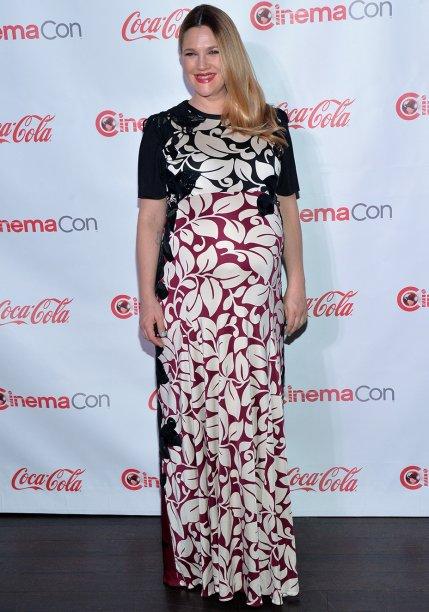 <strong>Drew Barrymore</strong> //A famosa foi à divulgação de seu filme <em>Juntos e Misturados</em> com um <strong>Marc Jacobs</strong> florido que deixou seu barrigão ainda mais bonito.