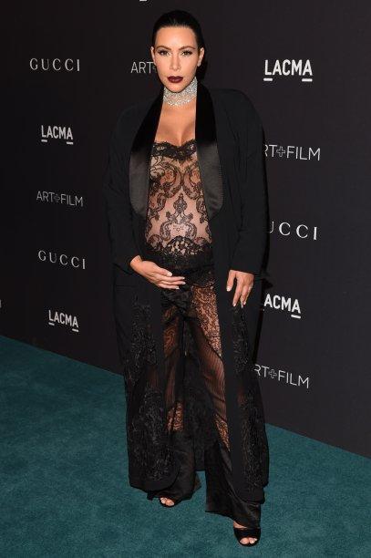 <strong>Kim Kardashian</strong> //É claro que asocialitenão ia deixar de causar durante a gravidez de North. No LACMA, elausou um<strong> Givenchy</strong> de renda ousado. no LACMA.