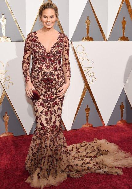 <strong>Chrissy Teigen</strong> //A top eesposa de John Legend não abre mão do visual sexy. No Oscar 2016, não foi diferente. Ela apostou em um modelo da<strong> Marchesa</strong> com forro nude e ricos bordados.