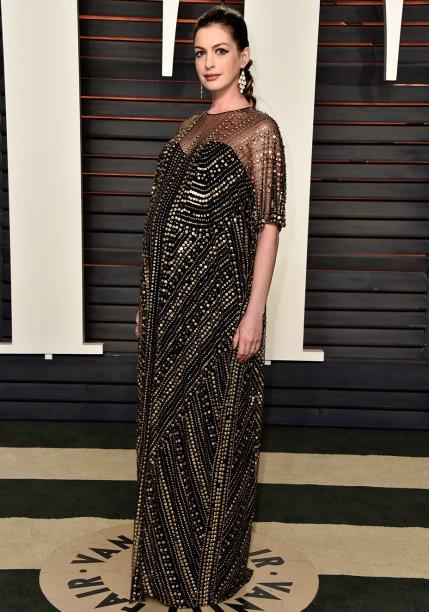 <strong>Anne Hathaway </strong>//A atriz pode não ter cruzado o tapete vermelho do Oscar, mas surgiu deslumbrante na festa promovida pela <em>Vanity Fair</em> após a premiação. O vestido soltinho e completamente bordado é da grife<strong>Naeem Khan</strong>.