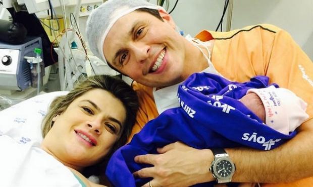 Mirella Santos deixa a maternidade com a filha, a pequena Valentina