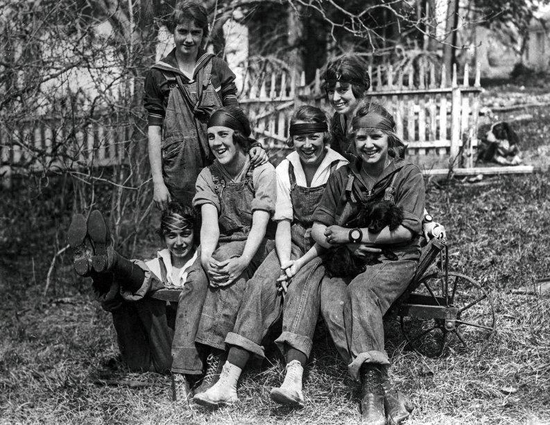 Macacão e coturno: o figurino de estudantes norte-americanas que substituíram os homens em fazendas.