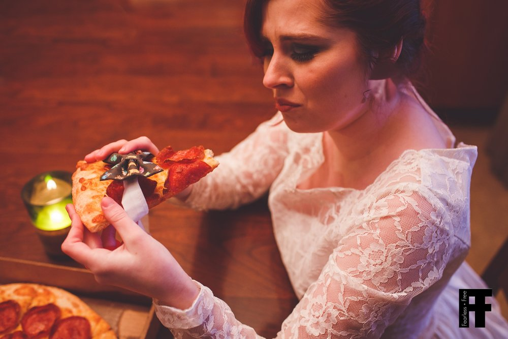 fearlessfreeseniors-columbus-ohio-senior-photographer-pizza-bride-girl-marries-pizza-eating-her-groom