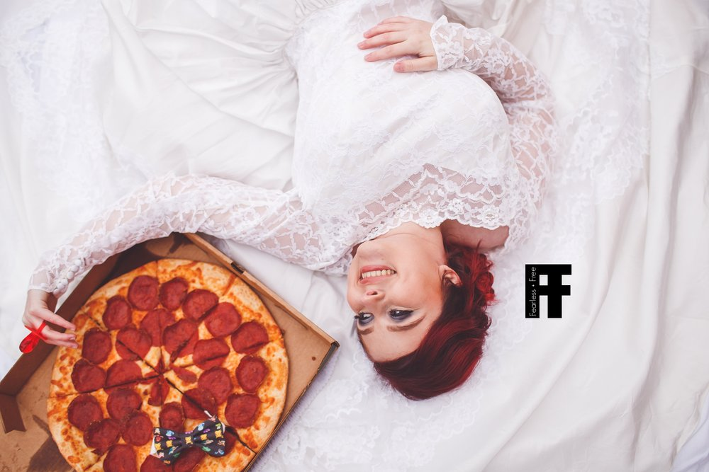 fearlessfreeseniors-columbus-ohio-senior-photographer-pizza-bride-girl-marries-pizza-laying-with-pizza