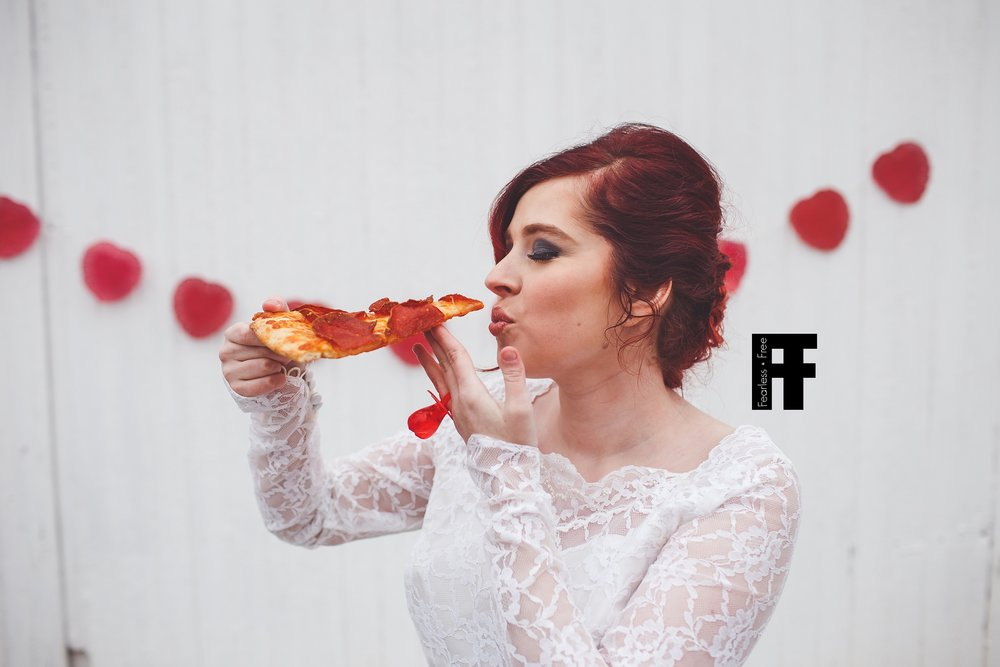 fearlessfreeseniors-columbus-ohio-senior-photographer-pizza-bride-you-may-now-kiss-the-pizza