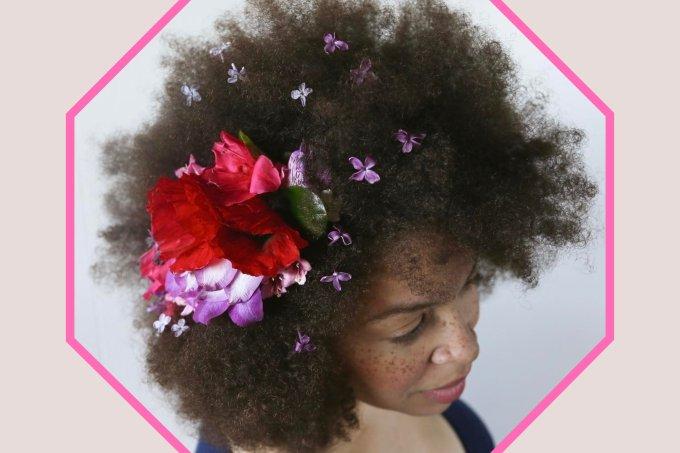 Enfeitar os cabelos com flores naturais é a nova mania no mundo das noivas