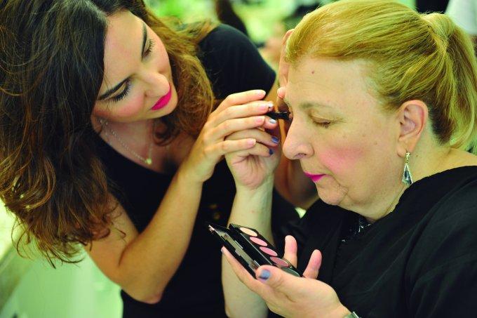 Chloé Gaya maquiagem para deficientes visuais