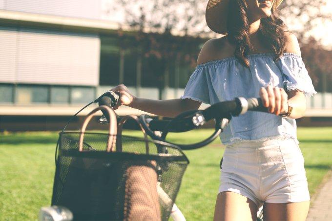 garota-sozinha-andando-de-bicicleta