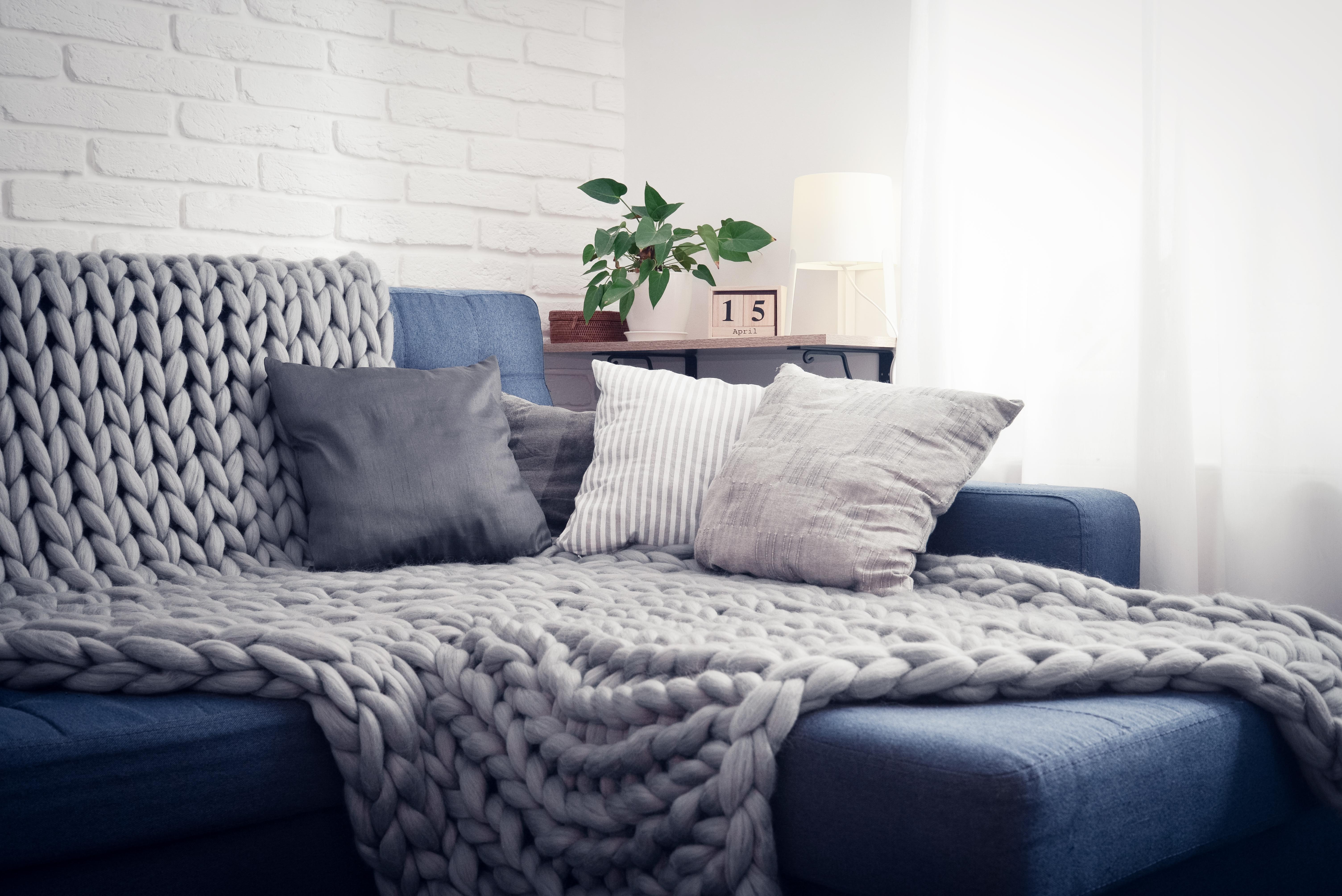 sofá manta almofadas