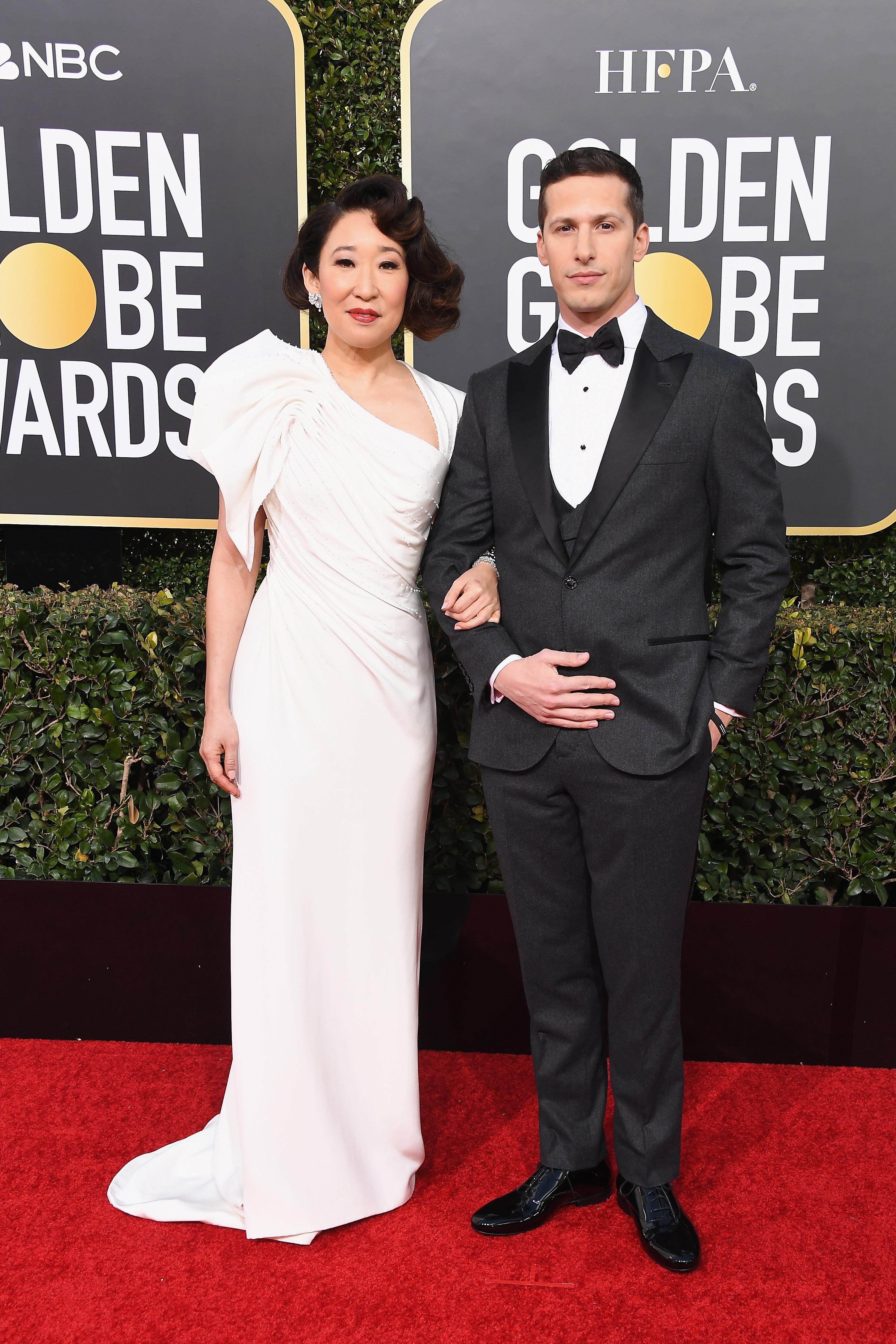 Sandra Oh e Andy Samberg no tapete vermelho do Globo de Ouro 2019