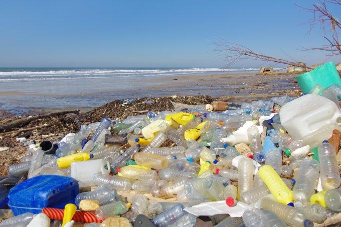 praia poluída lixo plástico