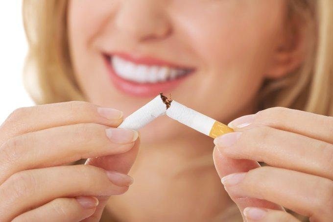 mulher quebrando cigarro