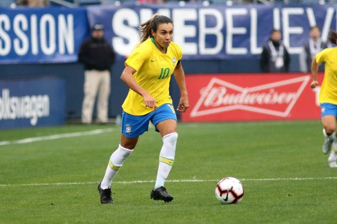 Jogadora Marta durante partida em campo.