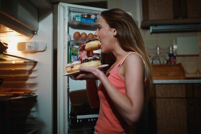 mulher comendo geladeira
