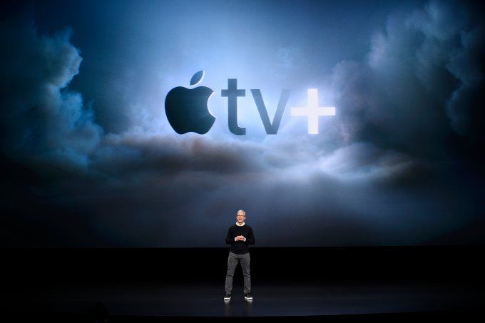 CEO Tim Cook discursando durante evento da Apple