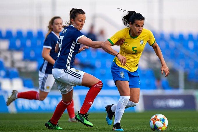 Thaisa Moreno, da seleção brasileira, disputando a bola com Caroline Weir, da Escócia, em jogo amistoso da Copa do Mundo de Futebol Feminino 2019.