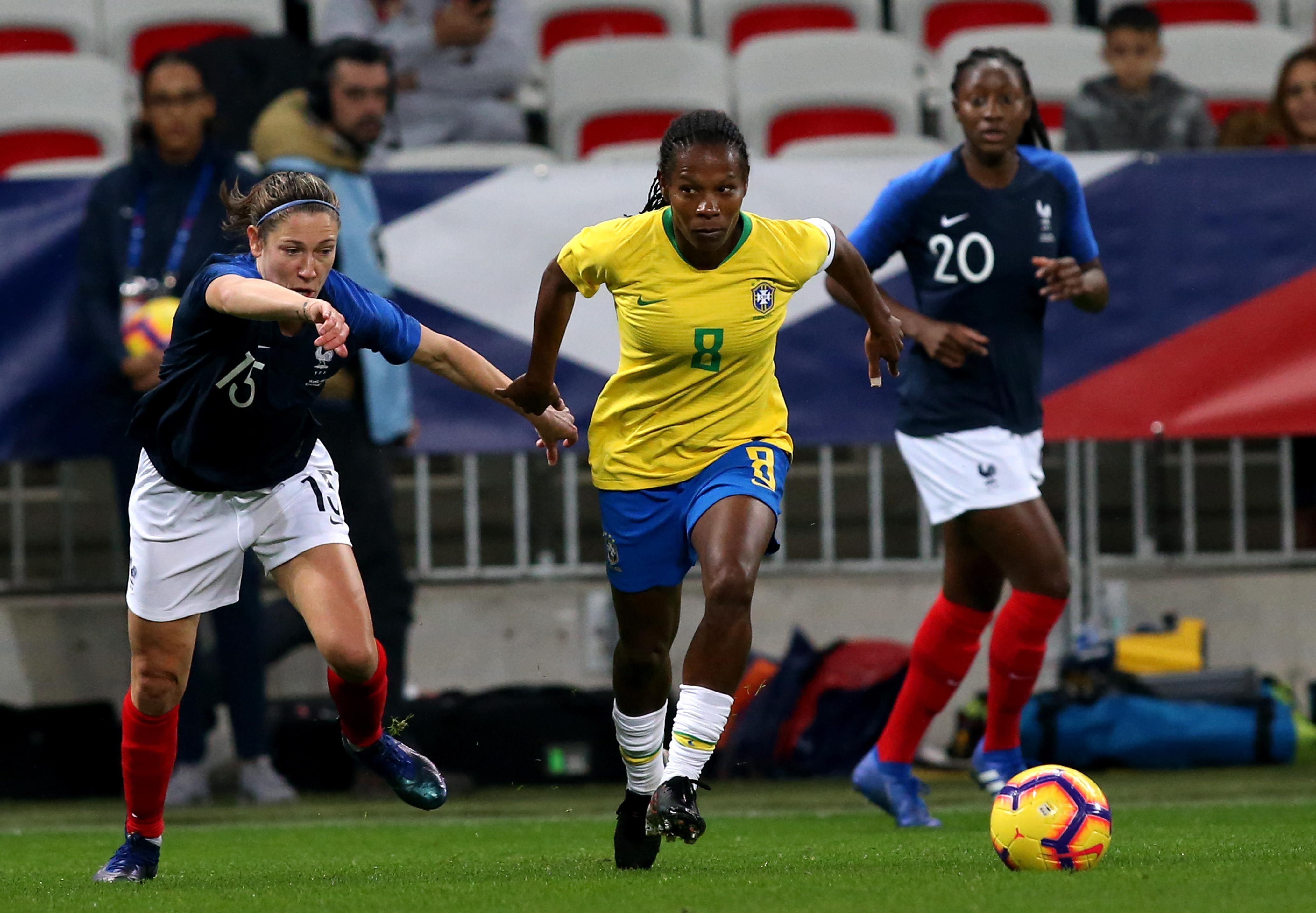 Formiga, da seleção brasileira, em partida amistosa com Elise Bussaglia, da França.