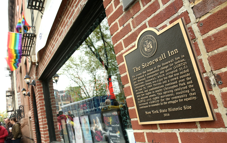 Fachada de Stonewall Inn, bar que foi local do conflito que originou a luta pela causa LGBT.