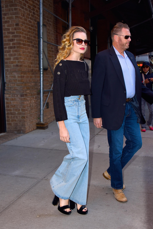margot-robbie-look-jeans-calca-boca-de-sino-flare