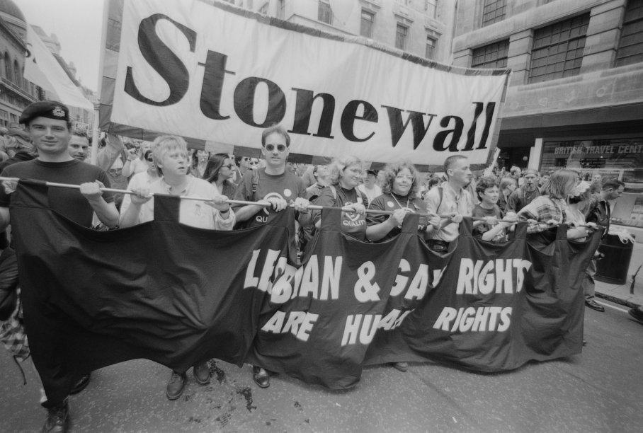 """Parada do orgulho LGBT em Londres em 1996. O cartaz diz: """"Direitos das lésbicas e dos gays são direitos humanos"""""""