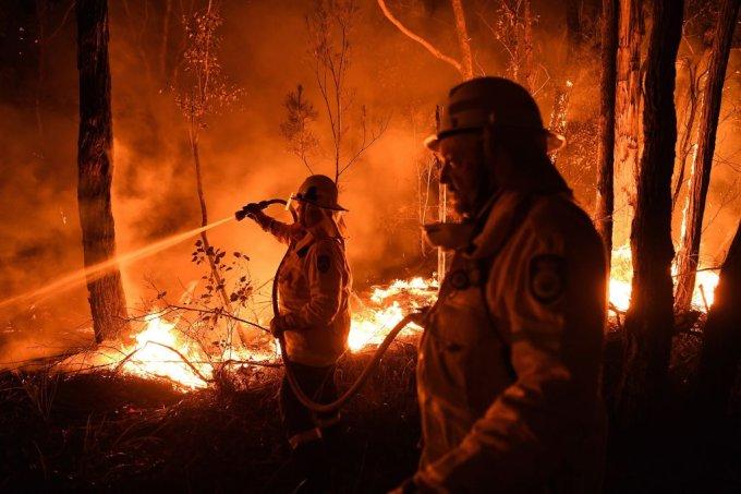 Bombeiros combatem incêndios na Austrália