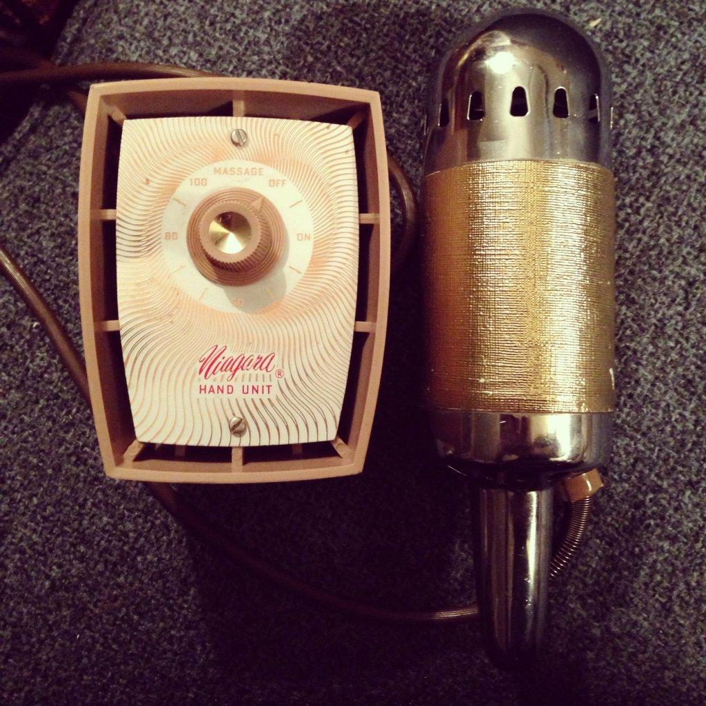 Criado no começo do século 19, o vibrador demorou para ter o formato atual. Esse era o modelo vendido nas lojas em 1950.