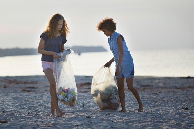 recolhendo lixo praia