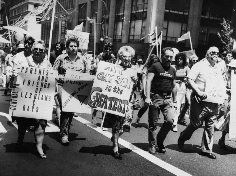 Pais e amigos de lésbicas e gays participam da Parada LGBT de Nova York em 1983