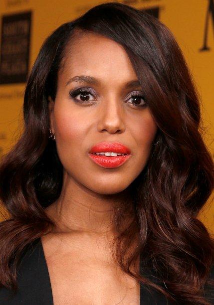 <strong>Kerry Washington:</strong> a atriz preferiu uma tonalidade mais avermelhada nos lábios para acompanhar o olho esfumado com cinza e preto.