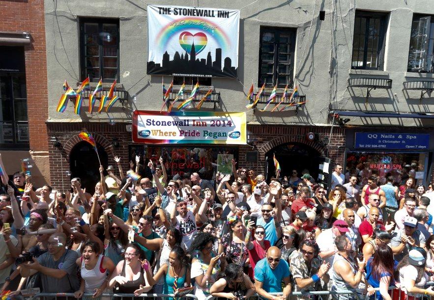 """Fãs do seriado """"<a href=""""http://mdemulher.abril.com.br/tudo-sobre/orange-is-the-new-black/"""">Orange is The New Black</a>"""" esperam para ver as atrizes desfilarem na Parada LGBT de Nova York em 2014"""